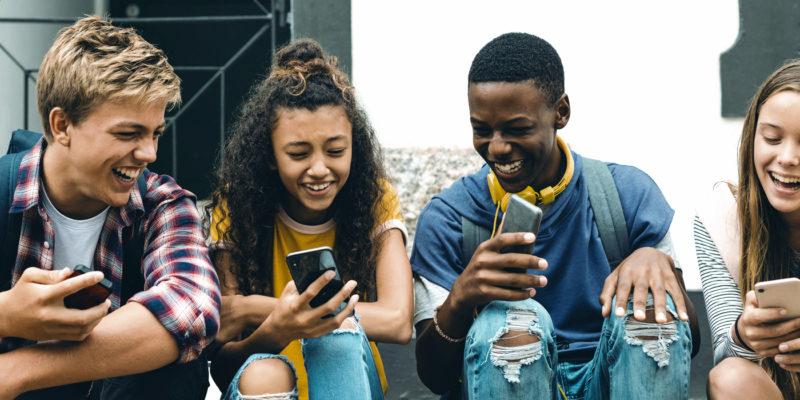 Adolescents avec leurs mobiles